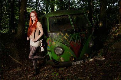 """Zeitlose Eleganz: Fashionfotografie """"on location"""" im Autoskulpturenpark Neandertal"""